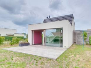 Indeling: Inkomhal, twee slaapkamers, toilet, badkamer, bureau, volledig ingerichte open keuken, berging en living. Terras, tuin en tuinhuis. Twee sta