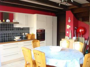 Indeling: living met open keuken, nachthal, twee slaapkamers, badkamer, grote tuin in L-vorm en staanplaats. Wordt bemeubeld verkochtTroeven: Grote tu