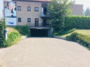 Sint-Idesbald : privé garage dicht bij de zeilclub !Indeling: de garage. Troeven: Aan de rand van het centrum !Gemakkelijke toegang ! Vrij !Int