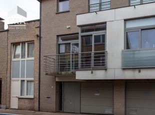 Recente en ruime woning met 2 slaapkamers en garage in het centrum van De Panne, vlakbij de markt !Indeling: inkomhall, woonkamer, eetkamer, open keuk