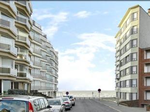 Koksijde-Bad : appartement, gelijkvloers, met zijdelings zeezicht !Indeling: inkomhall, living, ingerichte open keuken, berging, gastentoilet, douchek