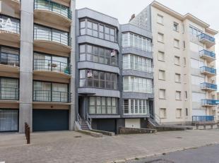 Koksijde-Bad : zeer goed gelegen appartement in een kleine residentie !Indeling: inkomhall, living, ingerichte keuken, badkamer, twee slaapkamers, ter