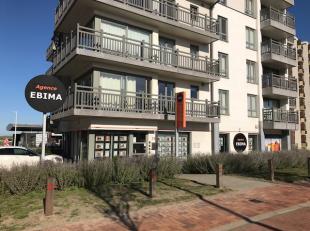 Recent handelsgelijkvloers vlakbij centrum Nieuwpoort.190m2, grote etalages in veiligheidsglas, aparte keuken, wc, vergaderruimte Troeven: parkeerplaa