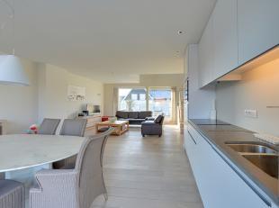 Prachtig en ruim duplexappartement in een recent gebouw, met luxueuze afwerking, grote terrassen en zeer gunstige ligging te Oostduinkerke-bad.Indelin