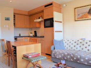 Cet appartement avec 2 chambres est situé dans la résidence Fernando, dans une rue latérale de la digue, au centre de Koksijde. L