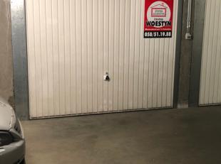 Garage te koop dicht bij zee en het centrum van Sint-Idesbald.Afmetingen :L: 5.45 mB: 2.60 mH: 1.80 m