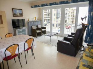 Dit verzorgd appartement met 2 slaapkamers bevindt zich op 50m van de zeedijk in Koksijde. Er is een frontaal zeezicht en ligt vlak bij de duinen. 1e