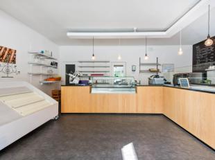 Spacieux espace commercial pourvu de léquipement nécessaire pour lexploitation dun snack-bar combiné avec un magasin de journaux;