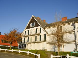 Het zonnige appartement bevindt zich als enige op de derde verdieping en geniet van de namiddag-en avondzon.<br /> Bestaande uit hal met 2 vensters wa