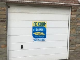 Garage te koop in commercieel centrum van Sint-Idesbald met vernieuwde inrit.Afmetingen:Diepte: 5,42 meterHoogte: 1,76 meterBreedte: 2,72 meter