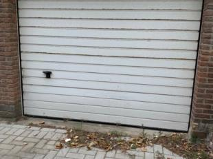 Garage te koop in commercieel centrum van Sint-Idesbald met vernieuwde inrit.Afmetingen:Diepte: 6,50 meterHoogte: 1,80 meterBreedte: 3,45 meter