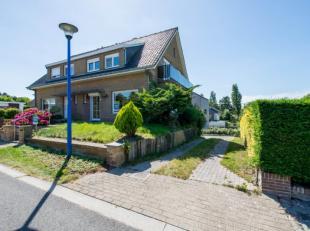 Villa 3 façades avec hall d'entrée, toilette, living avec terrasse/balcon, cuisine équipée, 2 chambres à coucher, d