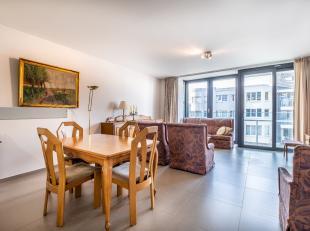 Zonnig appartement in de winkelstraat van Koksijde.Dit modern appartement is gelegen op het 2de verdiep. Er is een ruime leefruimte met volledig uitge