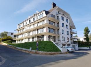 Ruim 3 slaapkamer hoekappartement te koop. Het appartement is centraal doch rustig gelegen in Oostduinkerke-Bad, vlakbij het strand, de Zeedijk en de
