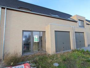 Mooie nieuwbouwwoning op een grondoppervlakte van 197 m². De woning bestaat uit: inkom - wc gelijkvloers - living - open keuken - wasplaats - gar