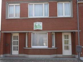 Woning, gelegen op een grondoppervlakte van 842 m². Deze woning bestaat uit: inkomhal - toilet - living - keuken - kelder - zonnige veranda - ter
