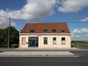 Dit handelshuis is gelegen aan de drukke verbindingsweg Gistel-Torhout en omvat handelsruimte, leefruimte, keuken, berging, 5 slaapkamers, badkamer, r