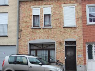 Woning gelegen in de Motestraat 5te Roeselare en bestaande uit: eetplaats, salon, keuken, apart toilet, badkamer, grote garage, nachthal, 3 slaapkamer