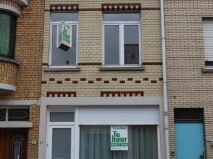Deze woning is gelegen in de Diksmuidsesteenweg 67 en bestaat uit: living - keuken - berging - badkamer - toilet - 2 slaapkamers. Direct vrij. Geen hu