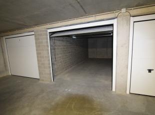 Diverse ondergrondse garageboxen en autostandplaatsen te koop in het centrum van Gistel, op een boogscheut van de markt. Dit alles vervat in een stijl