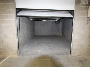 Deze ondergrondse garage G12 met ervoor parkeerplaats P2 is gelegen in het centrum van Gistel, op een boogscheut van de markt. Dit alles vervat in een