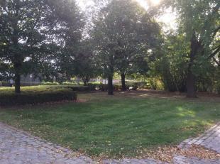 Gunstig gelegen rechthoekig perceel bouwgrond (OB) nabij stadskern Roeselare, vlotte verbinding met de Rijksweg. Gelegen in een bestaande wijk met goe