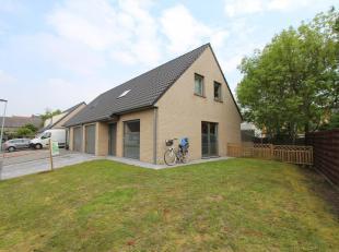 Deze rustig gelegen woning, in het centrum van Kortemark, bestaat uit: op het gelijkvloers: oprit - inkom - apart toilet - living - keuken - berging -