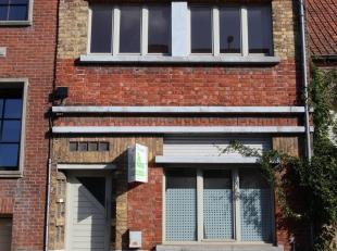 Deze op te frissen woning is gelegen op een grondoppervlakte van 295 m²  en bestaat uit: inkomhal - living - keuken - kelder - afzonderlijk toile