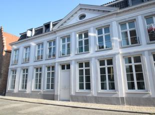 In het pittoreske Sint-Annakwartier vinden we in een verzorgd residentieel pand op de 2de verd. dit comfortabel ingericht, recent appartement (thans v