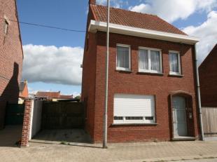 Goed gelegen half-open bebouwing - te moderniseren - nabij het centrum van Pittem, bestaande uit: KELDER GELIJKVLOERS - inkom - woonkamer - keuken (ov