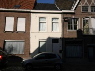 Kleinere woning gelegen in het centrum van Tielt, bestaande uit: KELDER GELIJKVLOERS - voorplaats - woonkamer (met aardgasaansluitingspunt) - open keu