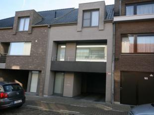 Recent gebouwde bel-étage woning, gelegen in het centrum van Tielt, bestaande uit: GELIJKVLOERS - inkom - wasplaats - garage - carport VERDIEPI