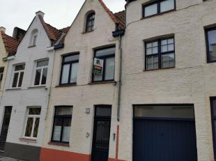 Goed gelegen woning in het centrum van Brugge, bestaande uit: GELIJKVLOERS - inkom - woonkamer met veranda - open ingerichte keuken (kookplaten, dampk