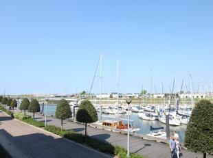 Kwalitatief afgewerkt appartement met autostaanplaats en zicht op de majestueuze jachthaven van Nieuwpoort. Jaarverhuur op langere termijn.<br /> Het