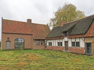 Dit landhuis is toegankelijk via een statige oprijlaan. Het ontwerp komt van de hand van architect Boens. De authentieke hoeve werd behouden, gerenove