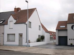 Vlakbij het Bruisende centrum van Oostkamp verkopen we deze half open woning met ruim atelier achteraan. Alle winkels, bakkers, slagers, kappers, zijn
