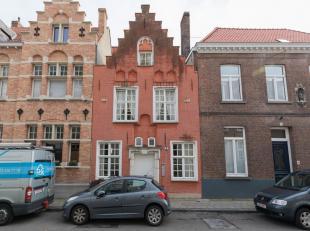 Au cur de Bruges, nous vous proposons ce manoir du XVIe siècle, entièrement restauré et extrêmement authentique. Derri&egra