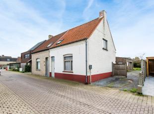 Deze gezellige woning vinden we terug op het einde van een doodlopende straat in een rustige wijk in Beernem. Ze ligt vlakbij de vaart waar het gezell