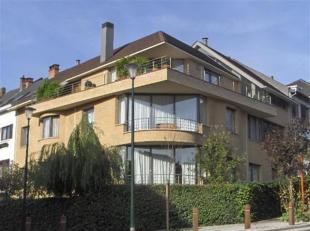 UCCLE - appartement rez-de-jardin de 85m2 dans un petit immeuble composé d'un salon & salle à manger avec une baie vitrée cou
