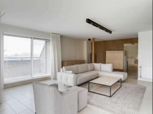Tussen alle moderne nieuwbouw appartementen die Roeselare aanbiedt heeft deze stijlvolle penthouse zijn authenticiteit behouden.Gelegen aan de groene