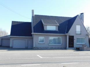 Deze ruime woning met loodsen is gelegen op een opp. van 1758m². Zowel de woning als de loodsen zijn voorzien van een aparte ingang. Vooraan zijn