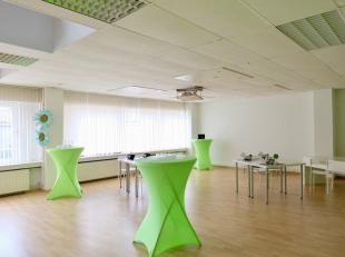 Deze kantoorruimte geniet van een goede ligging langsheen de Antwerpsesteenweg. Op 1 km van de op/afrit van de R4 die verbinding geeft naar de E40/E17