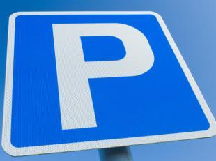 Bovengrondse afgesloten autostaanplaats P11 te huur met toegang via elektrische poort.Het betreft een open parkeerplaats met parkeerbeugel.De parkeerp