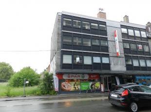 Ruim APPARTEMENT 1e verdieping, bestaande uit : inkomhall met trap & lift, ruime lichtrijke living, ingerichte keuken met keramische kookplaat, ov