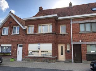 Verzorgde RIJWONING, bestaande uit : aparte inkom, ruime living in L-vorm van +/- 40 m² met inbouwcassette, ingerichte wittekeuken met frigo, koo
