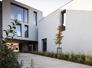 Kleinschalig gebouw, hoogstaande architectuur (OO Buro). Heel mooi lichtrijk appartement ingericht met klassevolle materialen. Bestaande uit een inkom