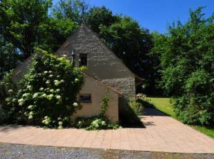 Hall, living, leefkeuken, bijkeuken, 3 slaapkamers, 2 badkamers, parking en tuin met bos. Zeer mooi afgewerkt!
