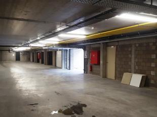 Deze garage ligt in de kelderverdieping van de residentie Trochus, pal naast het WZC Sint-Henricus in het centrum van Rumbeke. Ze is per direct beschi