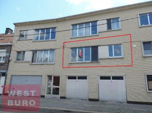 Centraal gelegen appartement, bestaande uit hall, woonkamer, keuken, berging, badkamer, apart toilet, 2 slaapkamers, balkon achteraan, geen garage