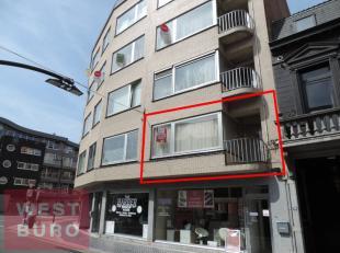 Centraal gelegen, zonnig appartement bestaande uit ruime inkom met ingebouwde vestiaire, zonnige woonkamer, keuken met balkon, badkamer, apart toilet,